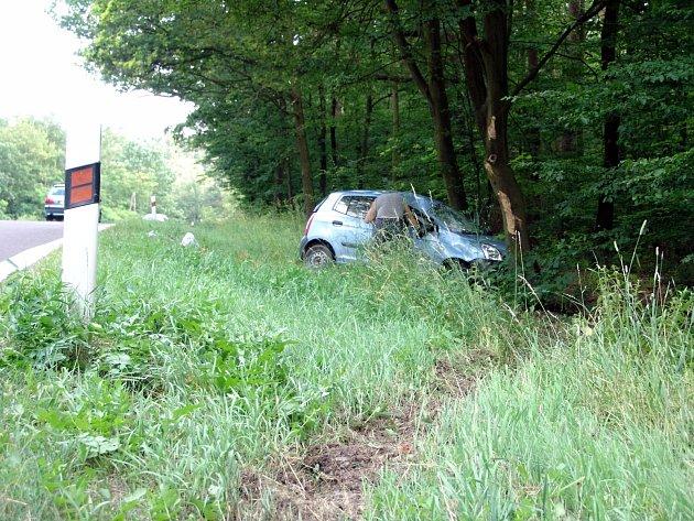 V neděli po 17 hodině sjelo auto za Vranovskou Vsí ze silnice a narazilo do stromu.