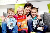 Žáci první třídy Živé školy Znojmo s třídní učitelkou Miluší Galatíkovou.