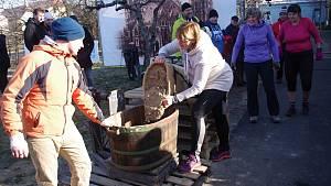 Vinaři v Novém Šaldorfu připravili recesistickou soutěž v kopání písku.