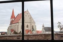 Z Enotéky je jediněčný výhled na Znojmo. V sezoně nabídne i venkovní prostory.