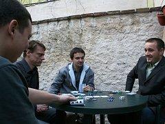 Znojemští pokeroví nadšenci Martin Mahr (v šedé mikině) a Věroslav Suchý (v saku)