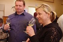 Desítky návštěvníků ochutnávaly téměř šest stovek vzorků moravských, slovenských a rakouských vín na dvacátém ročníku Miroslavského koštu.
