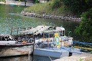 Požárem zničená výletní loď Dyje na Vranovské přehradě.