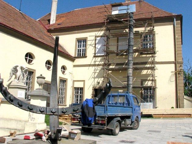 Znojemský hrad už opravují dělníci.