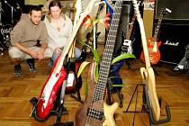 Třída základní školy v Hostimi se proměnila v expozici hudebnin.