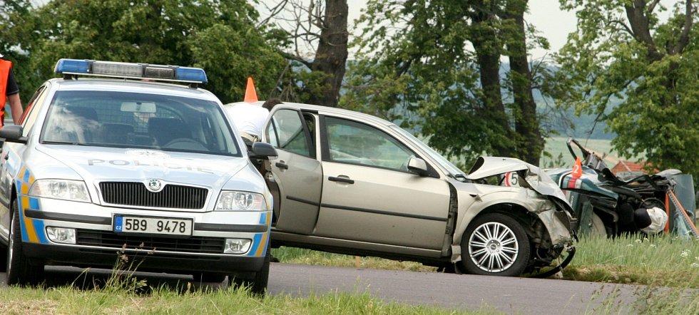 Dva lidské životy si vyžádala sobotní tragická srážka dvou osobních aut na kasárenské křižovatce u Znojma.