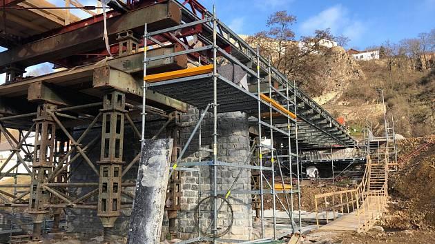 Most přes Dyji už pěší neprojdou. Lávku řemeslníci rozebírají