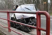 Auto v Jaroslavicích narazilo do zábradlí mostu a zablokovalo jeden jízdní pruh.