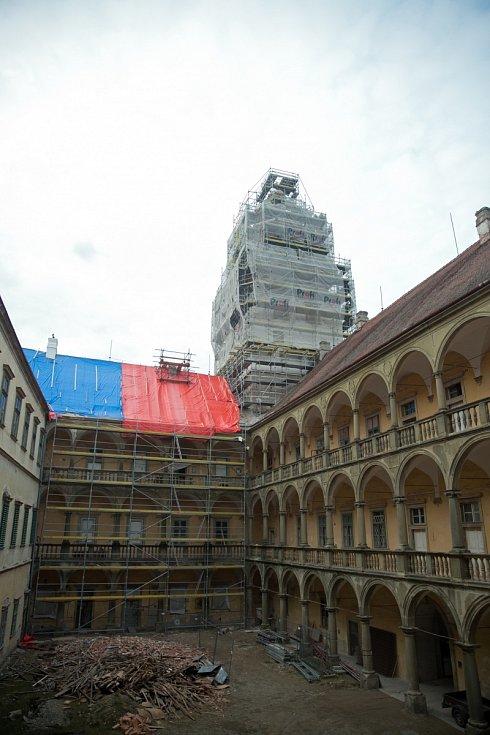 Vtéto části zámku byla kdysi příjezdová cesta do města.
