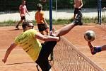 Horké sobotní počasí přilákalo na tenisové kurty ve znojemských Leskách pětatřicet nohejbalistů. Sportovci rozdělení do sedmi týmů bojovali O pohár města Znojma.