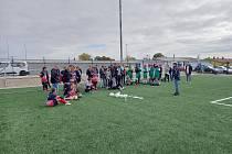 Třetí říjnové pondělí proběhl v Tasovicích turnaj středních škol v kopané. Ceny předal vítězům předseda OFS Znojmo Milan Večeřa (v modré bundě).
