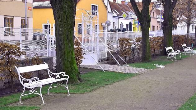 OBRAZEM: V parku se projdou po nových cestách, květiny vysází z jara