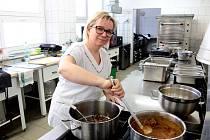 Matina Coufalová vaří ve školní jídelně Základní školy Pražská ve Znojmě už patnáct let.