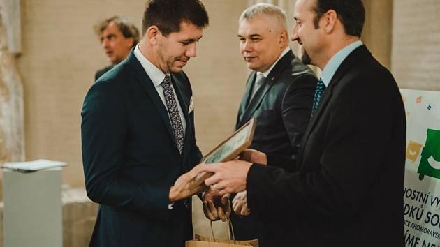 Za Město Znojmo převzal diplom místostarosta Jakub Malačka (na snímku vlevo), který má v gesci i problematiku třídění odpadů.
