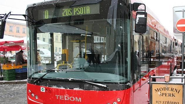 Zástupci dopravních společností představili nové bezbariérové autobusy pro městskou hromadnou dopravu. Nové autobusy, z nichž šest pohání plyn, vyrazí do ulic Znojma 1.1.2010.