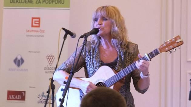 V nově opraveném Rytířském sále na moravskokrumlovském zámku už vystoupila známá zpěvačka Věra Martinová.