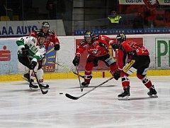 Znojemský vůdce a kapitán Jiří Beroun (ve středu) zatím v letošní sezoně nevynechal ani jeden soutěžní duel a svým mladším spoluhráčům stačí i ve svém věku i rychlostně.