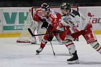 Hokejisté Znojma (v červeném) sehráli o prvním březnovém pátku druhé kolo čtvrtfinále play-off EBEL. Na domácím ledě hostili italské Bolzano.