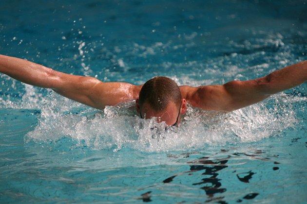 """15:30 """"Motýlek je pro fotografy vděčná disciplína,"""" tvrdil na odpoledním tréninku Květoslavův trenér Jiří Kyněra. A pro plavce pořádný záběr na paže."""