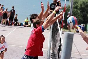 Šestačtyřicet volejbalových družstev se o víkendu sjelo na pláž vranovské přehrady na zahajovací turnaj mixů v rámci akce Vranovské léto.