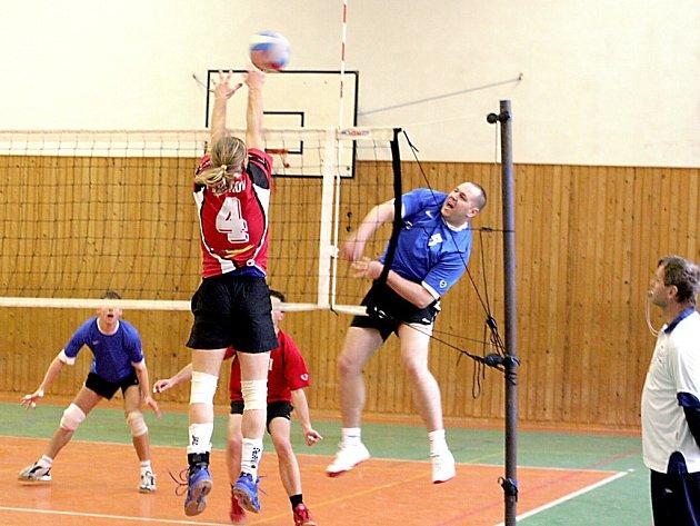 Kapitán znojemského volejbalového týmu Marek Holub při smeči.