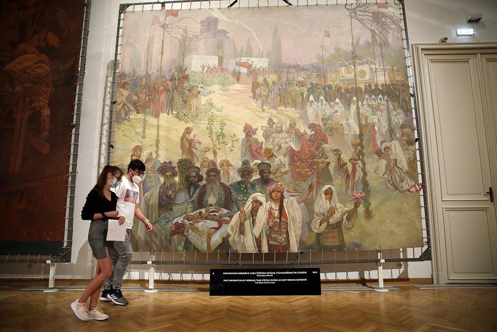 Plátna Slovanské epopeje jsou čerstvě rozbalená v opravených prostorech moravskokrumlovského zámku. V klimatizovaných sálech se procházeli první návštěvníci, díky kterým přejde město plynule na sezónní provoz.