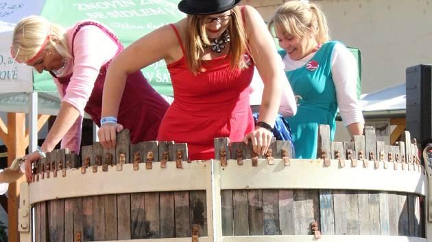 Ženy budou šlapat víno bosýma nohama v soutěži. Přihlašování je otevřené