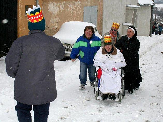 Tříkráloví koledníci obcházeli obyvatele domů ve Znojmě - Hradišti.