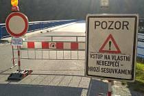 Do Vysočan se přes Bítov ani kolem Cornštejna nedá projet. Objížďka bude trvat nejméně do června roku 2020. V uzavřeném úseku padá kamení na silnici.