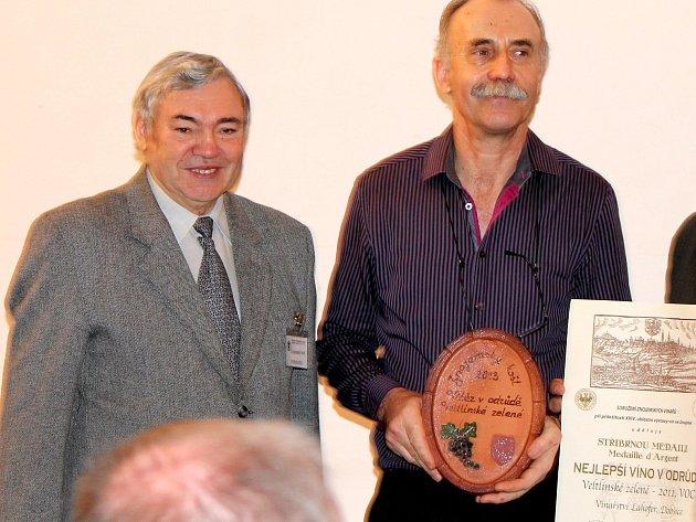 Jaromír Čepička (vlevo) blahopřeje vítězům jedné zkategorií Znojemského koštu.Výstavu vín řídí už třicet let.