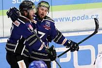 Hokejový útočník Radek Prokeš (vpravo) hrál dříve ze Havířov. Příští sezonu stráví v dresu Orlů Znojmo v mezinárodní lize ICEHL.