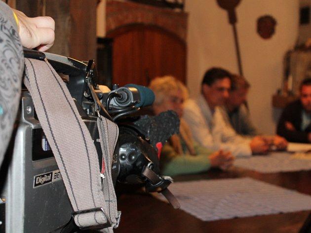 Tým investigativního televizního pořadu Reportéři ČT natáčel ve středu v jednom z novošaldorfských sklepů kvůli sporu, který vedou místní vinaři s vedením obce.
