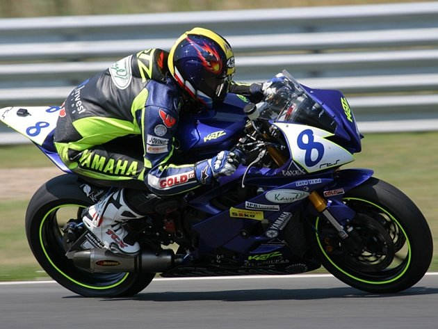 Vítězem třetího závodu prestižního seriálu závodů motocyklů Alpe Adria Cup (AAC)  se stal jezdec znojemského týmu KRTZ Radek Rous.