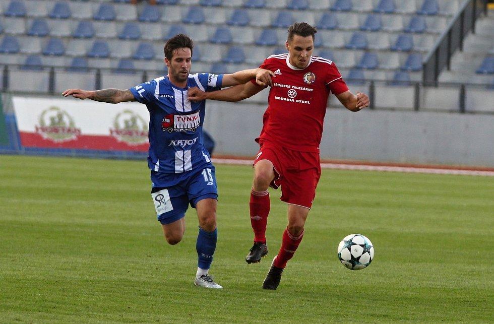 Znojemští fotbalisté (v modrém) se v pátém kole druhé ligy proti Třinci konečně dočkali výhry.