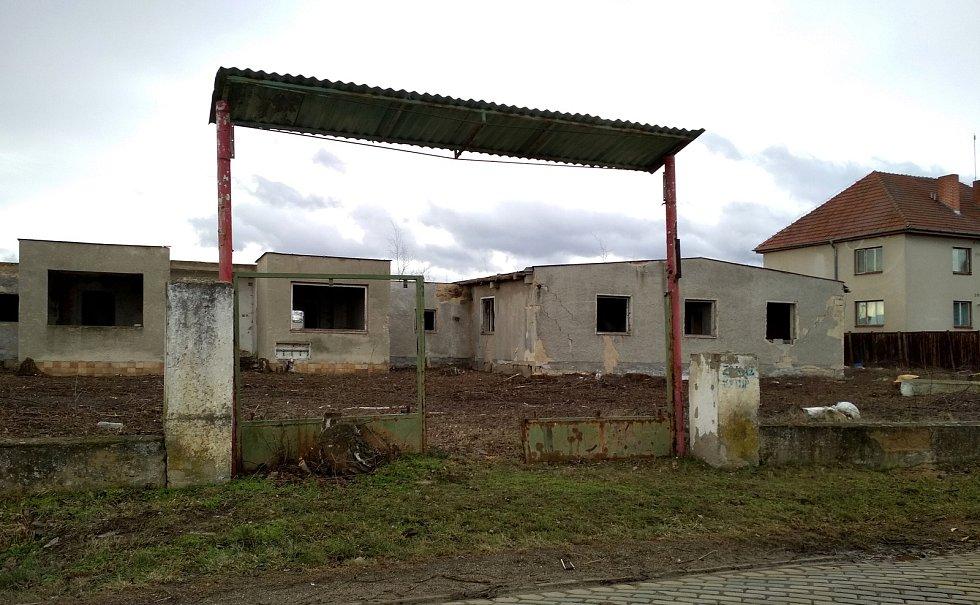 Bývalá rota pohraniční stráže přestane hyzdit Šatov. Nový majitel začal čistit celý areál a plánuje tam udělat sklady.