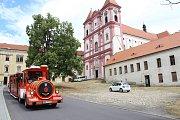Budova staré školy v Louckém klášteře ve Znojmě je zatím nevzhlednou stavbou s rozbitými okny a šedou fasádou.