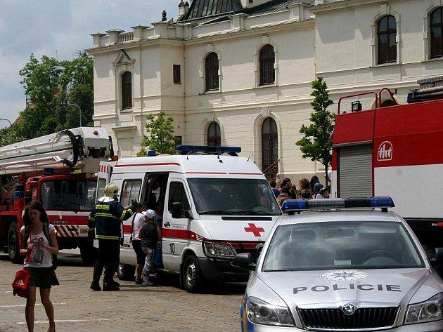Školáky ze znojemské základní školy na Náměstí Republiky museli v pondělí po jedné hodině odpolední evakuovat znojemští profesionální hasiči.