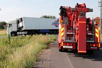 Na odbočce z hlavní silnice u Hrabětic ve směru na konzervárnu nezvládl nájezd na úzkou silnici kamion s okurkami. Návěs zůstal zapadlý v příkopě.