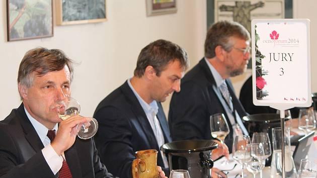 Loucký klášter hostí vinařské Oenoforum. Soutěžní vína tam hodnotí přes čtyřicet degustátorů z 11 zemí světa.