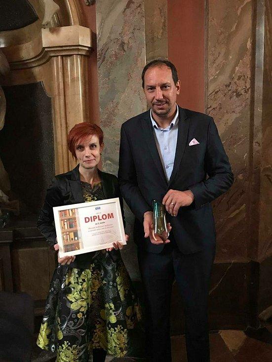Zdenka Komůrková a starosta Jevišovic Pavel Málek při převzetí ceny Knihovna jinak v roce 2018.