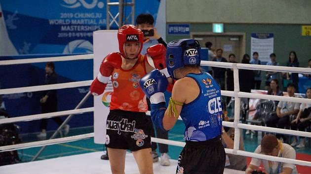 Znojemská thaiboxerka Viktorie Bulínová (druhá zleva) získala na mistrovství světa bojových uměních stříbrnou medaili.