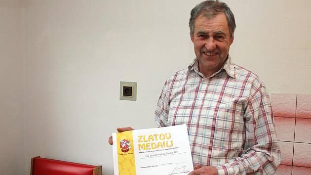 Zlatou medaili v celostátní soutěži Český med 2011, kterou uděluje Český svaz včelařů, získal letos Zbyněk Kopřiva ze Šumné.