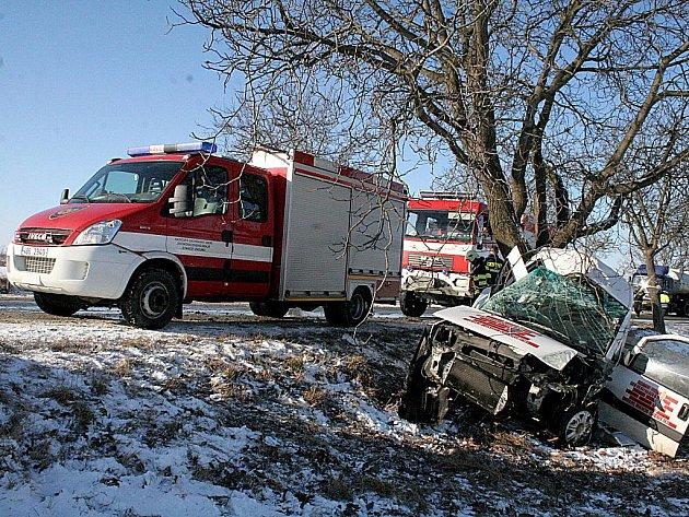 Mezi Načeraticemi a Znojmem havarovalo auto. Řidič se vážně zranil.