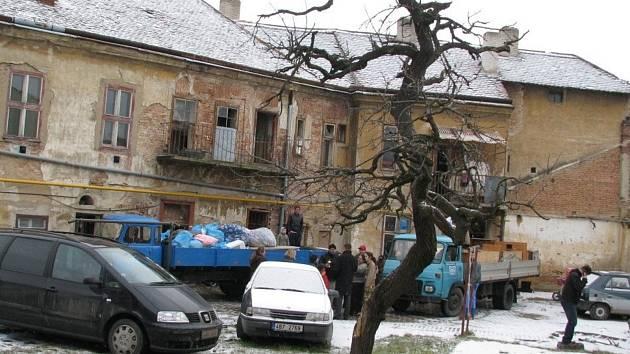 Znojmo vystěhovalo Romy z ghetta. Dům se rozpadal.