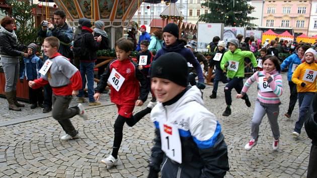 Rodiny s dětmi ale i profesionální sportovci si nenechali ujít Adventní běh Znojmem.