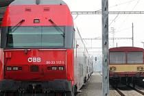 MÍJENÍ GENERACÍ. Moderní spěšný vlak do Vídně se na znojemském nádraží několikrát za den míjí s technicky podstatně staršími soupravami, které obsluhují ostatní tratě na Znojemsku.