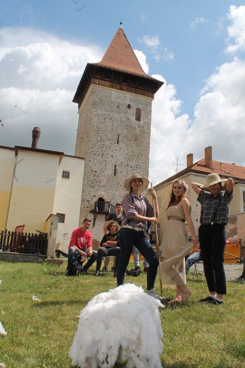 Studentky střední odborné školy a učiliště na Přímětické sehrály kolemjdoucím u Vlkovy věže scénky ze znojemských pověstí.