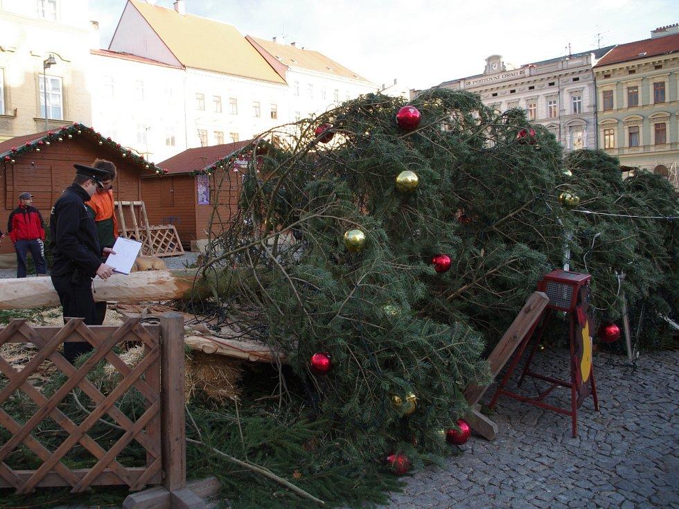 Silný vítr zlomil v pondělí nad ránem vánoční strom na znojemském Horním náměstí.