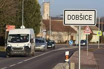 V únoru končí oficiálně opravy průtahu Dobšicemi. Auta již obcí jezdí, kolaudace silnici ještě čeká.