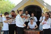K tradičnímu posezení a pikniku bez hranic zahrála v rámci 13. ročníku Hudebního festivalu Znojmo na rakouském Heiligersteinu Cimbálová muzika Antonína Stehlíka.
